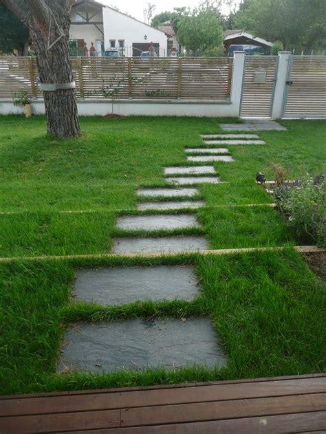 installer des pas japonais jardin de traverses dalles en ardoises pas japonais joins gazon constans paysage jardins