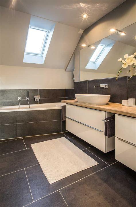 Moderne Badezimmer Waschtische by Modernes Und Gro 223 Z 252 Giges Badezimmer Trotz Dachschr 228 Ge