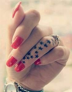 Tatouage Sur Doigt : tatouage doigt etoiles des tatouages jusqu au bout des doigts elle ~ Melissatoandfro.com Idées de Décoration