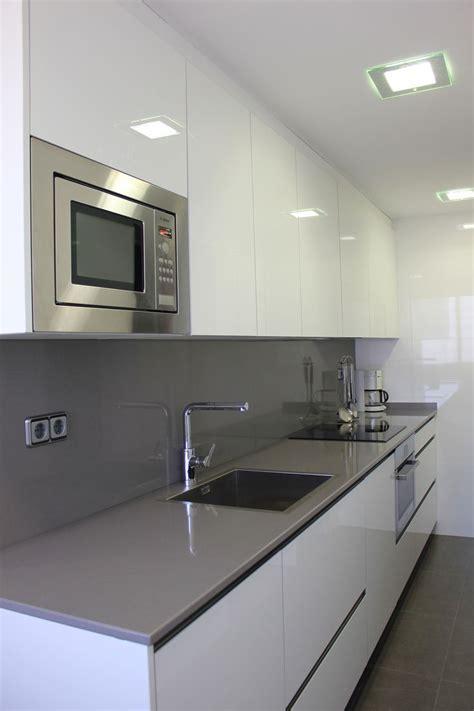 Cocina con mobiliario en T2 blanco cristal combinado con