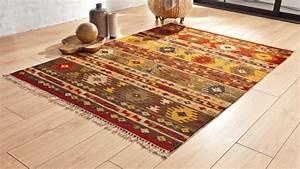 Creez votre ambiance chaleureuse avec un tapis salon ethno for Tapis kilim avec roset canapé