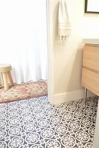 Cette blogueuse relooke sa salle de bain avec du carrelage for Carrelage adhesif pour sol salle de bain