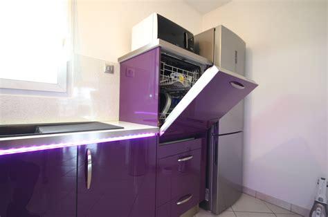 hotte d angle de cuisine cuisine intégrée prune brillant