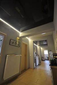 Led Lichtleiste Decke : schwarze hochglanz spanndecke im flur mit led beleuchtung in der schattenfuge decke flur ~ Markanthonyermac.com Haus und Dekorationen