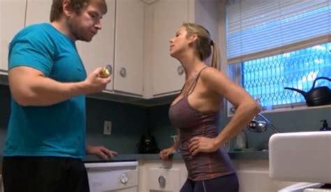 madre e hijo follando en la cocina