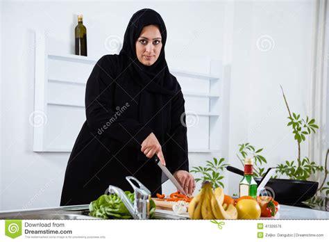 femme plus cuisine femme arabe dans la cuisine photo stock image 41326576
