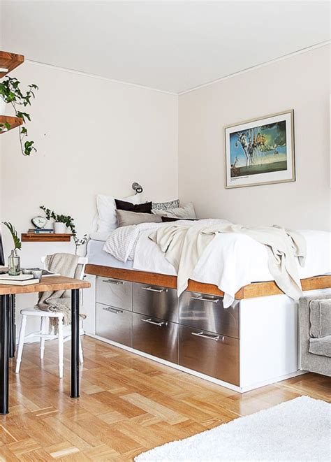 fa軋de cuisine ikea des rangements sous le lit dans le coin chambre de ce petit appartement l 39 idée