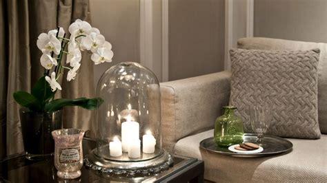 canapé avec coussin bougie décoration cosy et lumineuse westwing