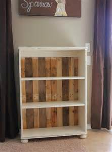 Bookcase Pallet by Diy Remodeled Pallet Bookshelves 101 Pallets