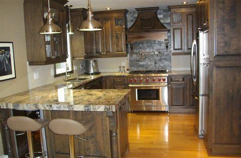 ilot cuisine cuisine en merisier teint et verni avec comptoir de granit