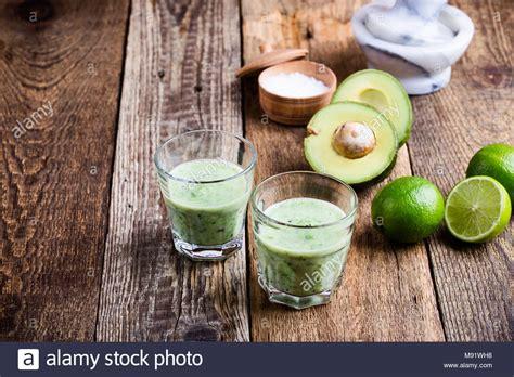 zutaten auf englisch guacamole dip stil gr 252 nes gem 252 se in gl 228 sern mit zutaten avocado und kalk auf rustikalen