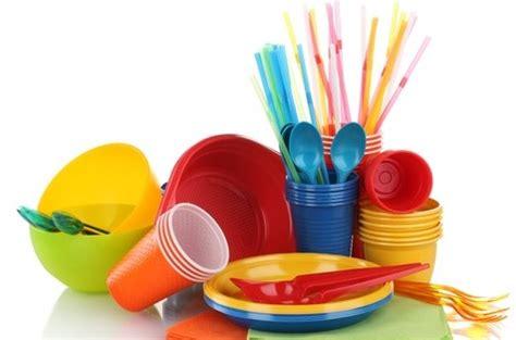 riciclare bicchieri di plastica piatti e posate di plastica sono dannosi per la salute