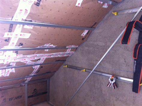 pose rail placo sur plafond en pente