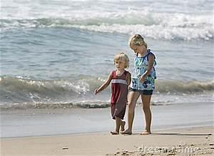 Hand In Hand Gehen : kinder die hand in hand gehen lizenzfreies stockfoto bild 10753735 ~ Orissabook.com Haus und Dekorationen