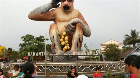 patung bekantan  tepi sungai martapura ikon  kota