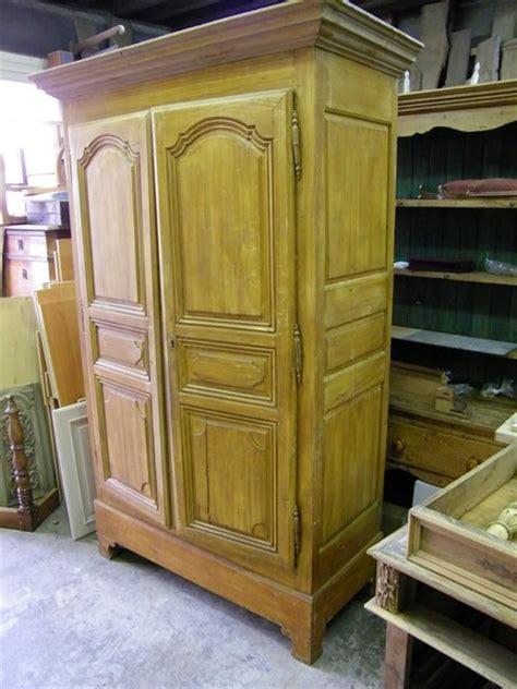 chambre peinte armoire ancienne repeinte en gris et patinée atelier de