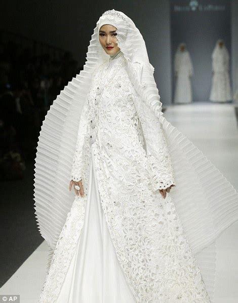 models  demure dresses walk  runway  wonderland