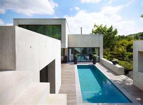 Moderne Häuser Balkon by Stylisher Wohntraum Am Hang Pool Minimalistischer