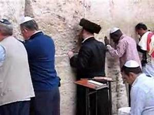 Jews praying at the Western Wall in Jerusalem - YouTube