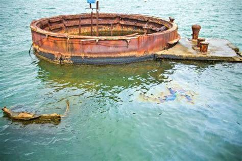 oil  leaking   ship picture  uss arizona