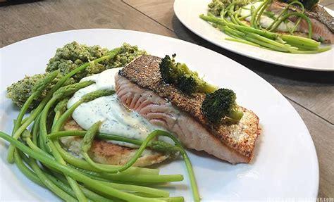 de cuisine qui cuit les aliments saumon sauce aneth asperges des bois et purée de brocolis