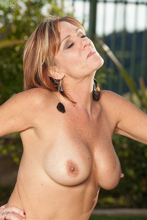 redhead mommy felicity rose naked at the backyard moms archive