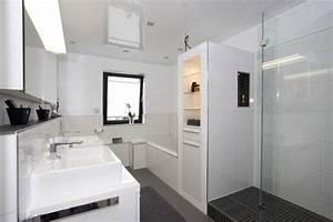 Kleines Bad Mit Wanne : kleine b der mit dusche und badewanne ~ Frokenaadalensverden.com Haus und Dekorationen