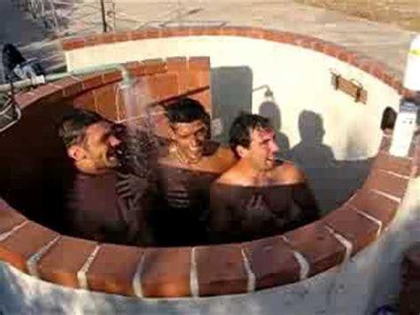 donne fanno la doccia ragazzi sotto la doccia