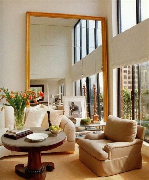 chambre en bois blanc le miroir mural grande taille accessoire pratique et