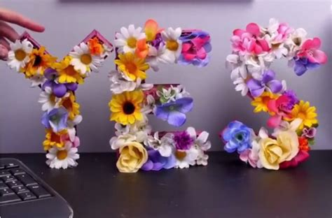meja warung kopi cantiknya meja kerja dengan hiasan bunga seperti ini