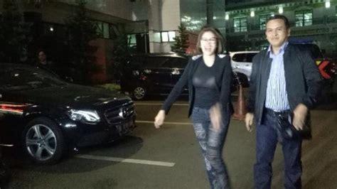 Busana Merawang Nikita Mirzani Saat Akan Jalani Bap
