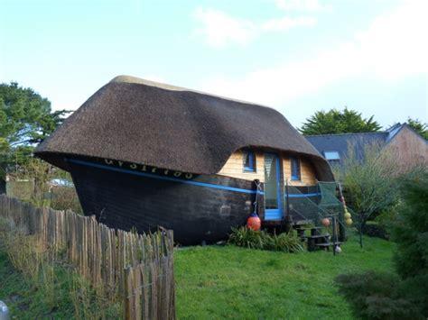 chambre style chalet dormir dans une coque de bateau une expérience insolite