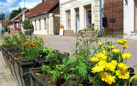 Kuldīgā šonedēļ stāda vasaras puķes » Kuldīgas komunālie ...