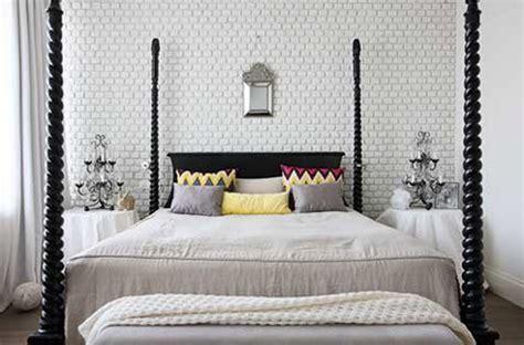 une t 234 te de lit tendance faite avec un mur de briques blanches