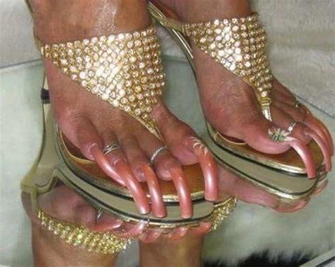 Uñas de los pies negras uñas largas pies dedos de los pies bonitos moda con faldas largas. 10 fotos de uñas de los pies extra largas. En serio, estos casos son realmente brutales | Upsocl