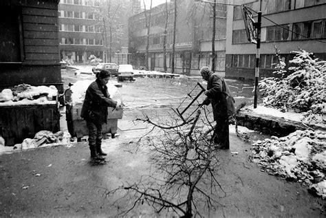 siege of sarajevo file sarajevo siege collecting firewood 2 jpg wikimedia