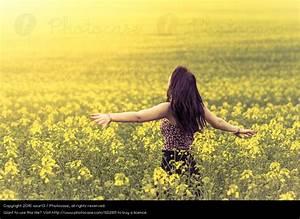 Frau Im Bild : sch ne junge frau im sommer auf gelber wiese seitlich von hinten ein lizenzfreies stock foto ~ Eleganceandgraceweddings.com Haus und Dekorationen