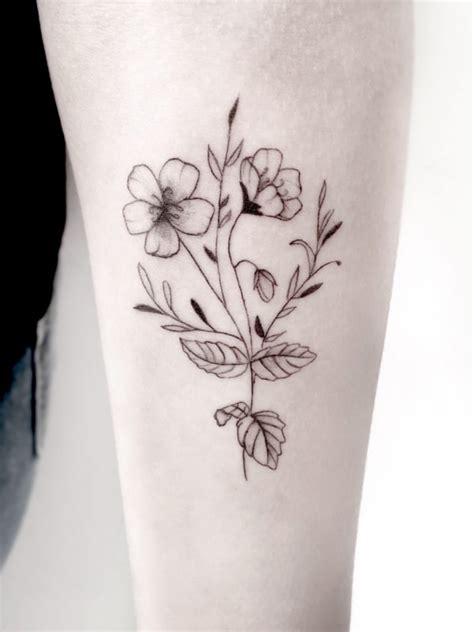 Tatuagem de flor no braço 65 Ideias para se inspirar e