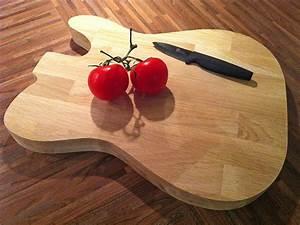 Planche A Decouper : une planche d couper en forme de guitare lectrique travailler le bois ~ Teatrodelosmanantiales.com Idées de Décoration