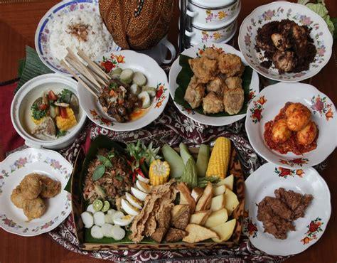 Makanan enak khas indonesia tersebut cukup banyak yang terkenal baik local maupun manca negara. Mencicipi 'Indonesia' lewat Makanan Khas Daerah