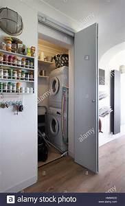 Waschmaschine In Küche : waschmaschine und trockner in der waschk che in einer k che in gro britannien stockfoto bild ~ Watch28wear.com Haus und Dekorationen