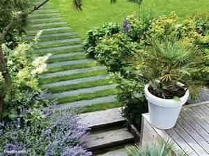 amenagement allee de jardin et chemin de pierre en 95 idees With faire une allee de jardin en gravier