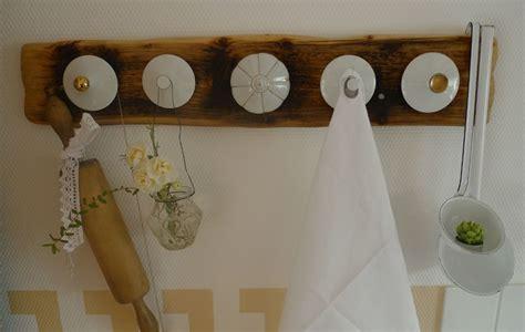 basteln mit altem geschirr vintage hakenleiste aus holzbrett mit zuckerdosendeckel bzw kaffeekannendeckel bettina