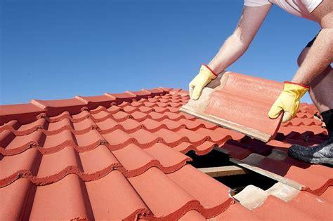 Cara sederhana menambal atap senk rumah yang bocor. Cara Memperbaiki Atap Bocor, Antisipasi Musin Hujan!