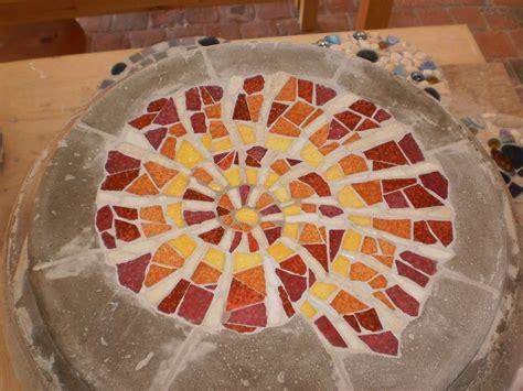 Bunte Trittsteine Fuer Den Garten Herstellen Mit Mosaik Steinchen Und Beton by Trittsteine Selber Machen Fkh