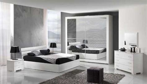 Se nella tua casa c'è poco spazio potresti optare per una cornice da appendere. Come arredare una camera da letto moderna