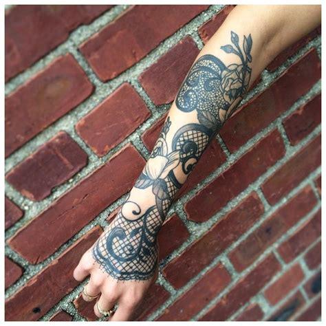 Kāds tetovējums jāuzliek meitenes rokai: idejas visu izmēru tetovējumiem