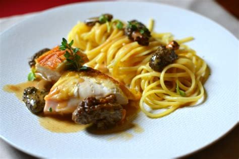 cuisiner la poularde poularde au vin jaune et aux morilles la recette gastronomique