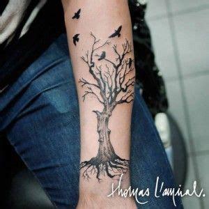 tatouage arbre avec oiseaux avant bras homme tatoo