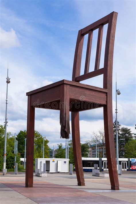 chaise cassée chaise cassée par ève devant la construction de la